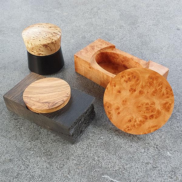 3 fein gedrechslte Schatullen aus Holz, unter anderem Kirschbaum, Walnuss,